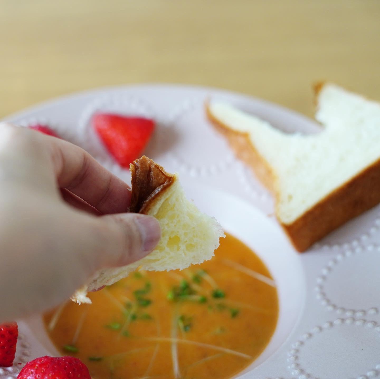 パンをスープに浸して食べてみる♪