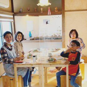 生徒さん4人とパン(新しくなったテーブル椅子のレトロなパン教室)