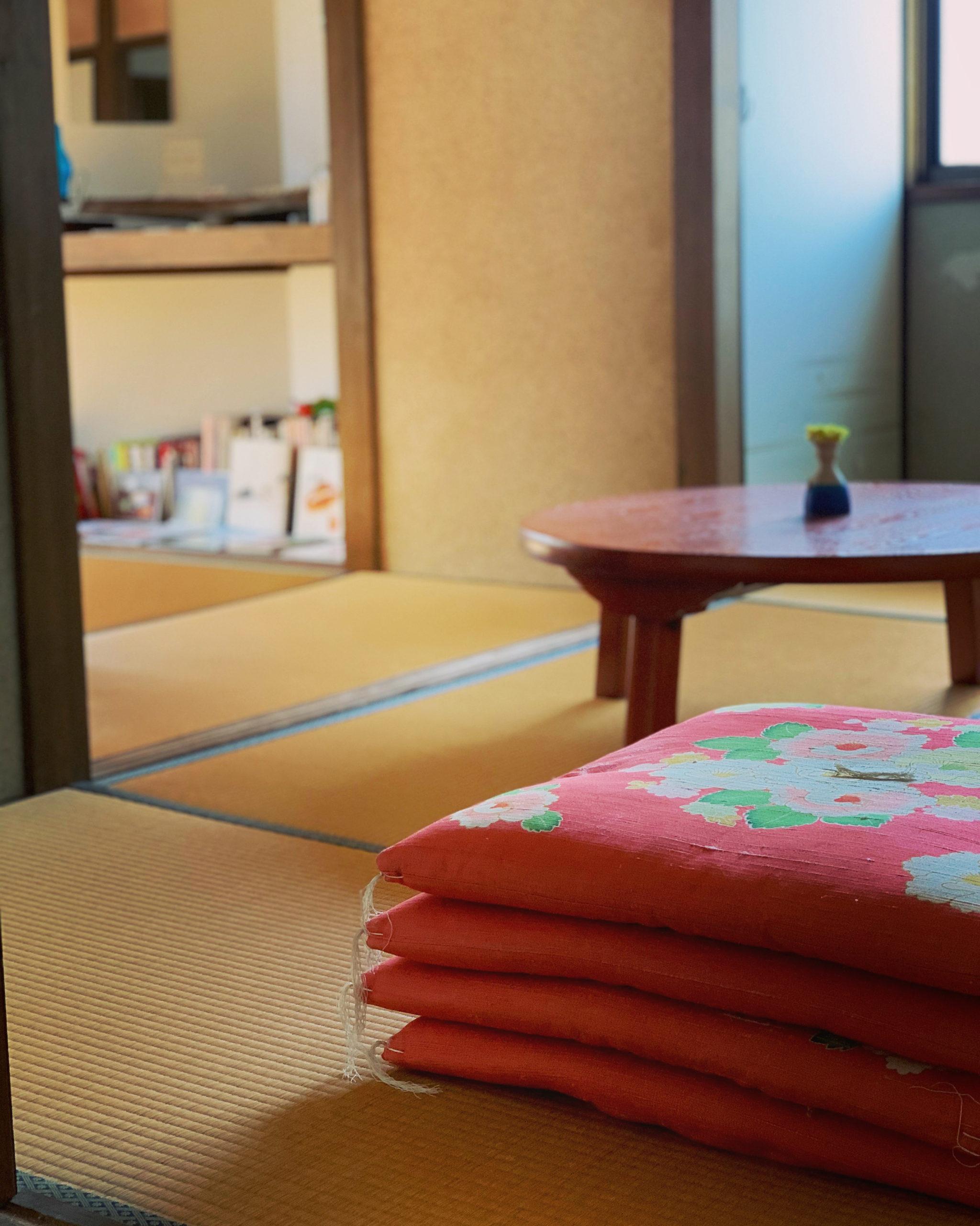 パン教室FUKURAのレトロなちゃぶ台と真っ赤なお座布団の風景