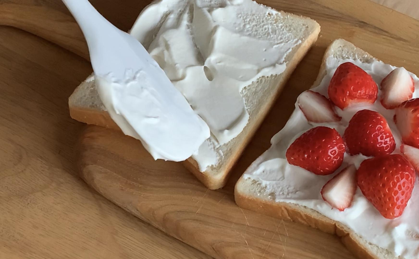 いちごのフルーツサンド♪いちごの並べ方と食パンに生クリームを塗っている写真♪