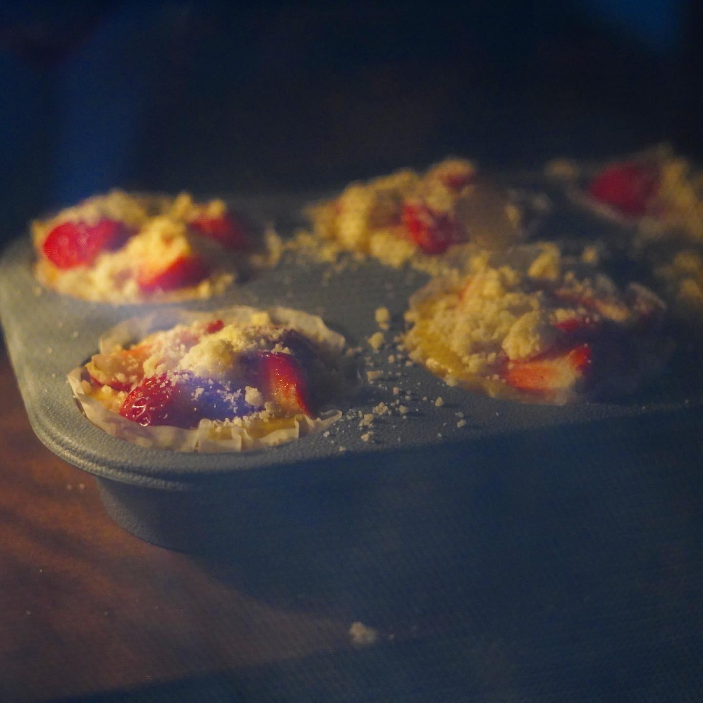 酵母マフィンをオーブンで焼いている