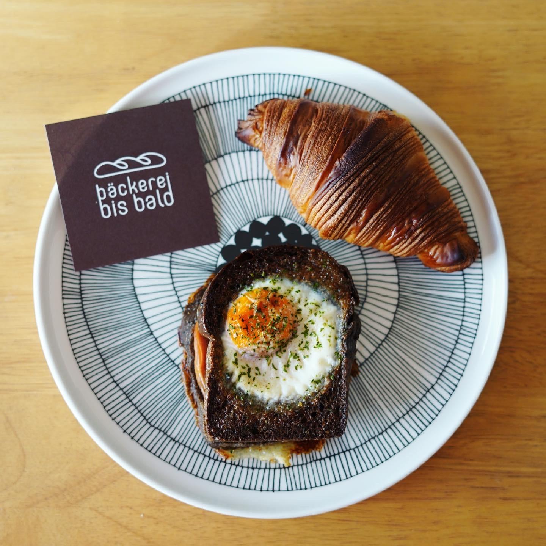 黒ごまパンのクロックマダムとクロワッサンとベッカライビスバルトのショップカード