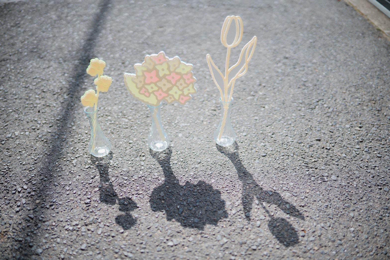 道に並べたカマダマミコさんのお花の作品