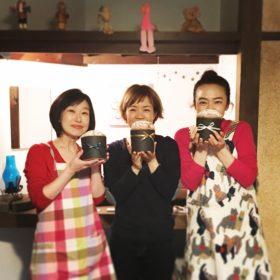 チョコラートパネットーネを持っている3人の生徒さん