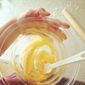カスタードクリームを混ぜている風景